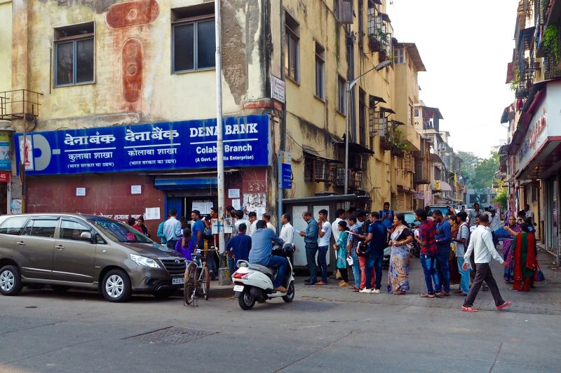 Queues at ATMs in Mumbai Indian financial crisis